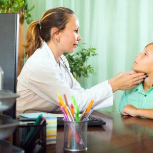 Dziecięca nadczynność tarczycy – jej objawy i leczenie